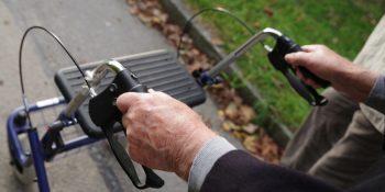 Niezastąpiona pomoc dla seniora – balkonik