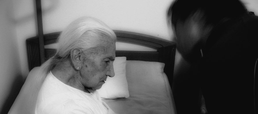 Trudna rola opiekuna starszej, chorej osoby