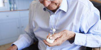 Bezpieczne otoczenie seniora – pomocne gadżety